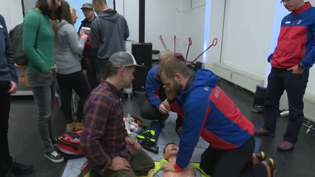 Mitglieder der Bergwacht trainieren mit Laien Wiederbelebungsmaßnahmen