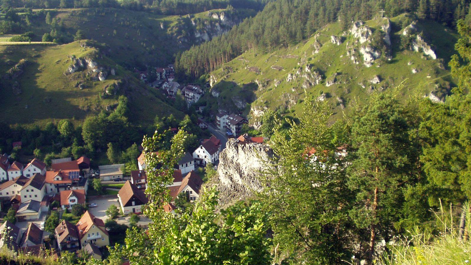 Blick von einem Felsen nach unten auf den Ortskern von Pottenstein