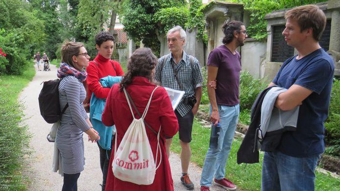 Gruppe bei einer Stadtführung im Alten Münchner Südfriedhof