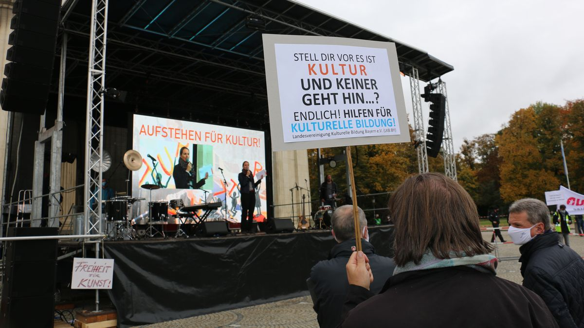 Plakat vor der Bühne