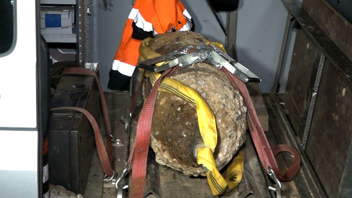 Eine entschärfte Weltkriegs-Bombe liegt in einem Auto.