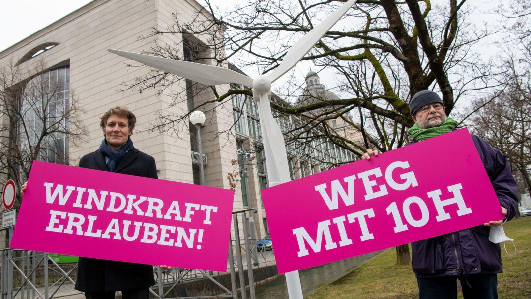 """Ludwig Hartmann (l), Fraktionsvorsitzender der Landtags-Grünen und Eike Hallitzky, Parteivorsitzender der bayerischen Grünen, nehmen im März vor der Staatskanzlei an einer Protestaktion der bayerischen Grünen zu """"Windkraft erlauben"""" teil."""