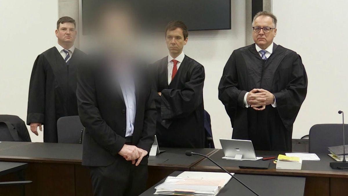 Angeklagter Bordellbetreiber mit Anwälten