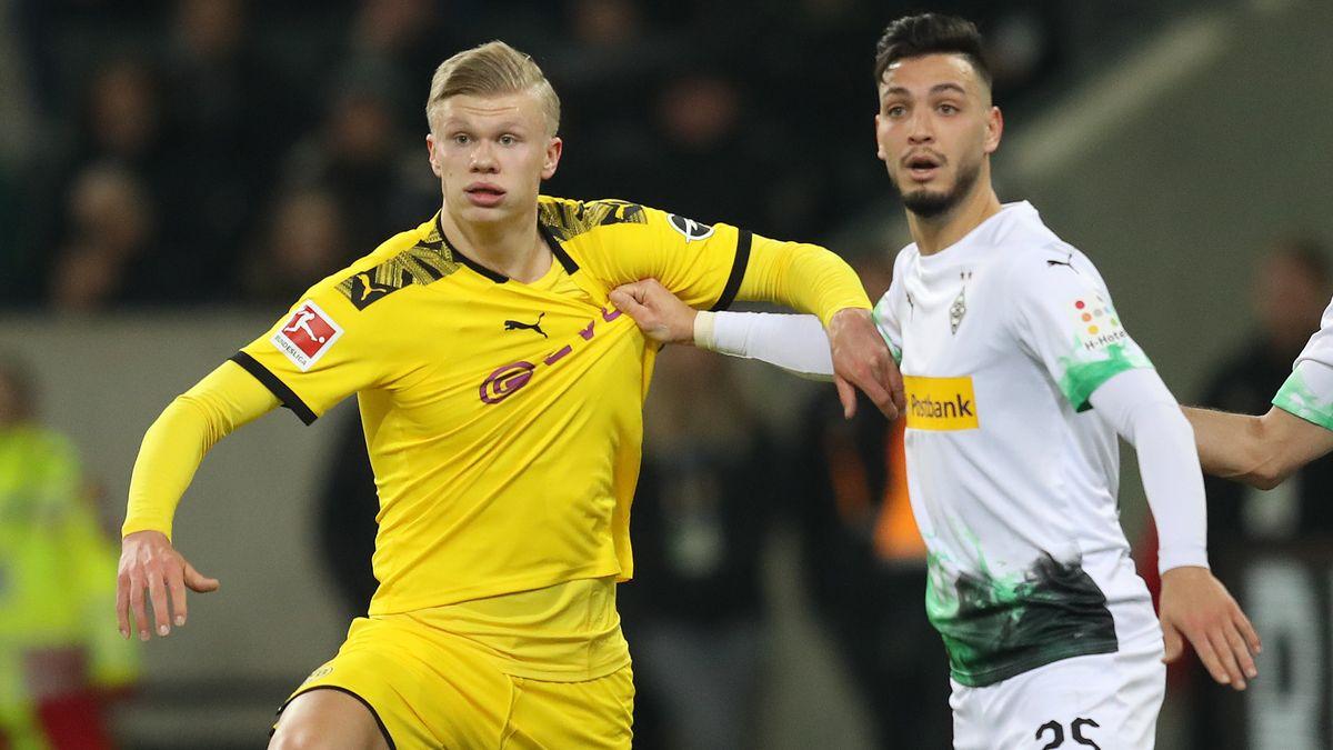 Dortmunds Erling Haaland (l.) und Ramy Bensebaini von Borussia Mönchengladbach