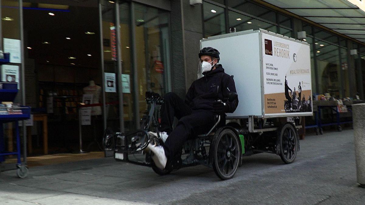 Vier Räder hat das Gespann, Fahrer Sebastian liegt im Sattel, hinter ihm ragt ein eckiger Container empor.