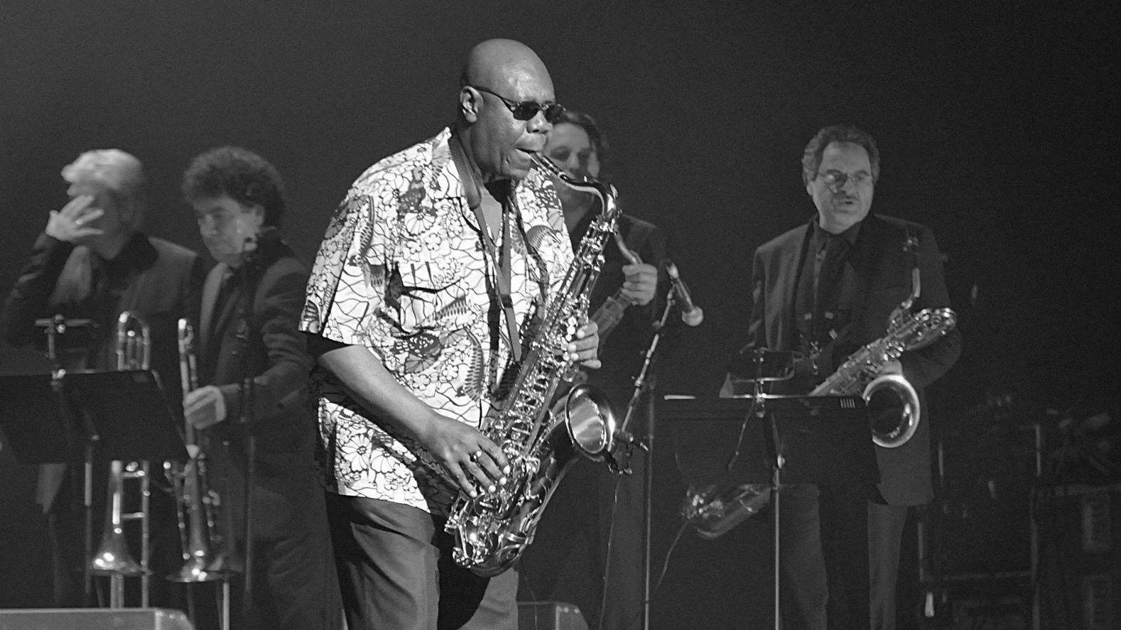 Der Jazz-Musiker Manu Dibango bei einem Konzert am Saxofon.