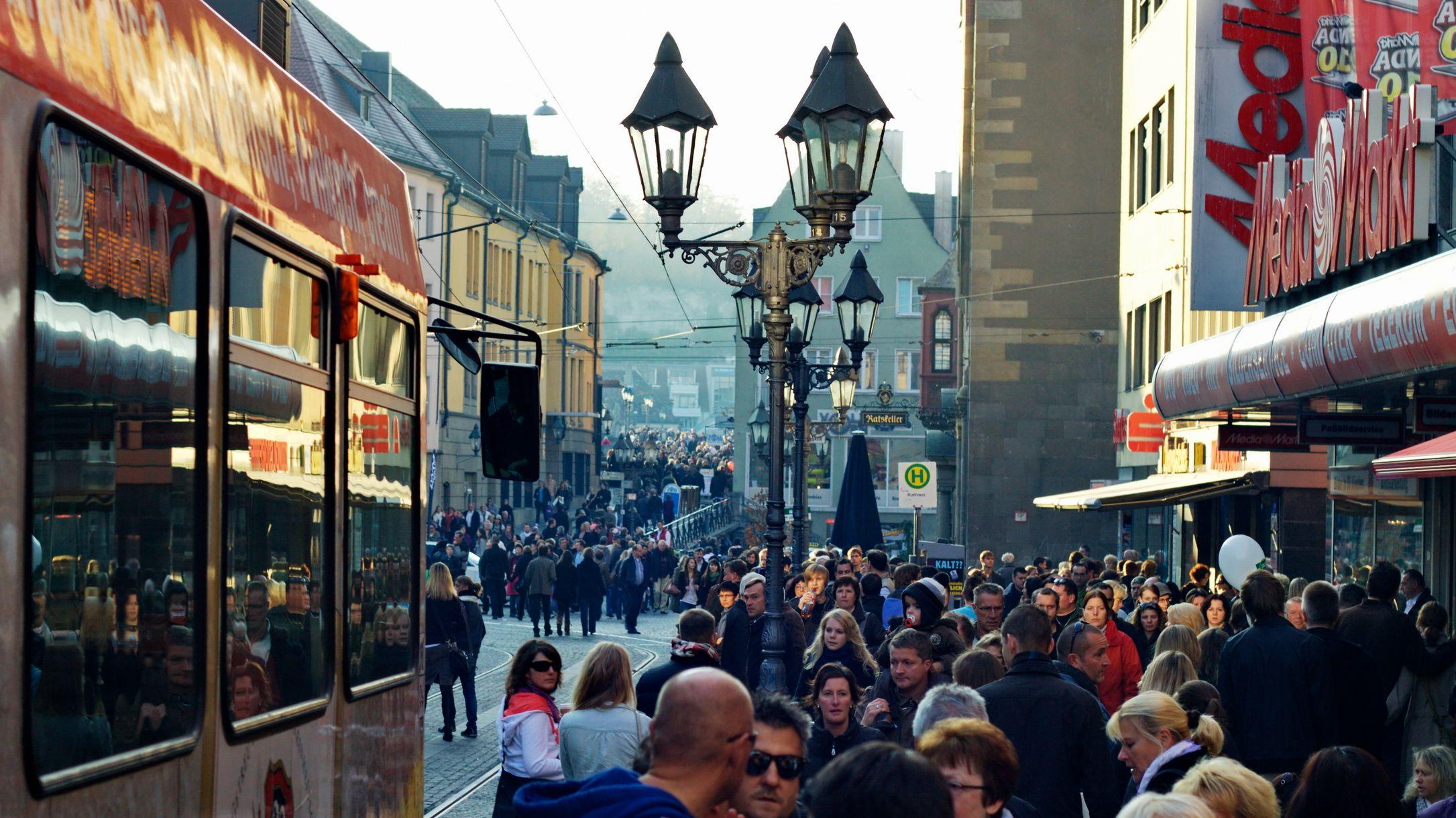 Passanten beim Mantelsonntag in Würzburg