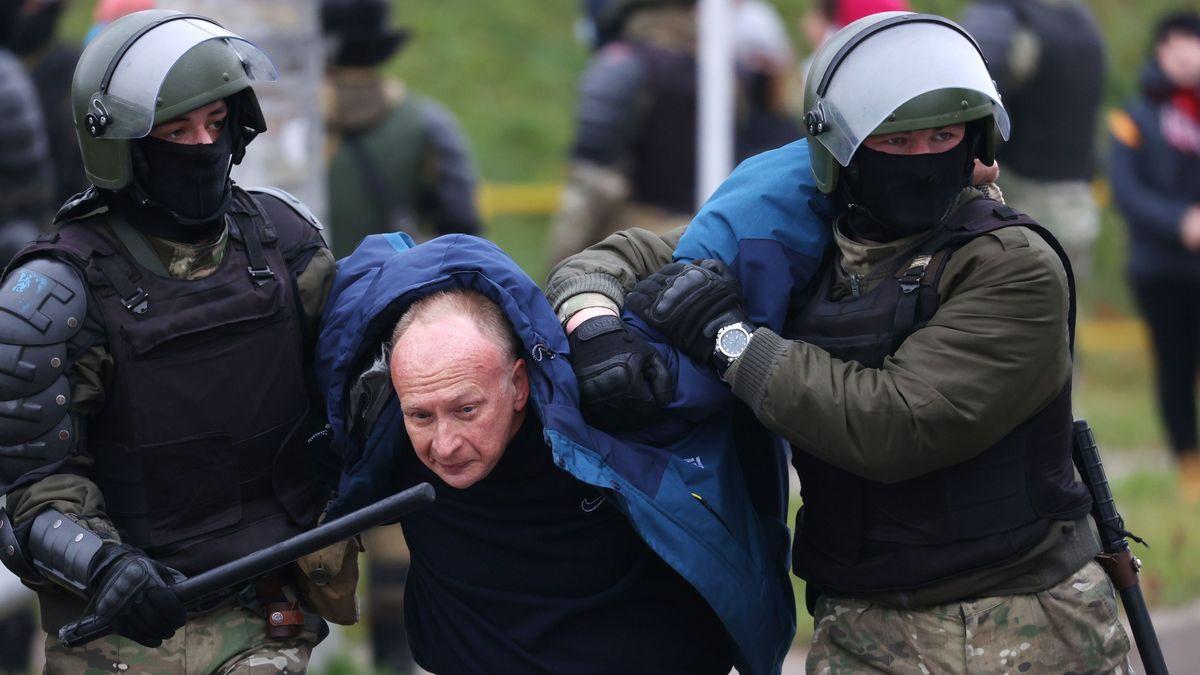 Vermummte Sicherheitskräfte von Präsident Lukaschenko nehmen in der Hauptstadt Minsk einen Demonstranten fest