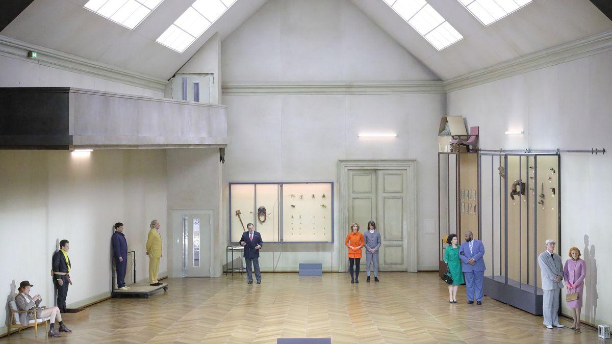 Lichthof eines Museums mit regungslosen Personen