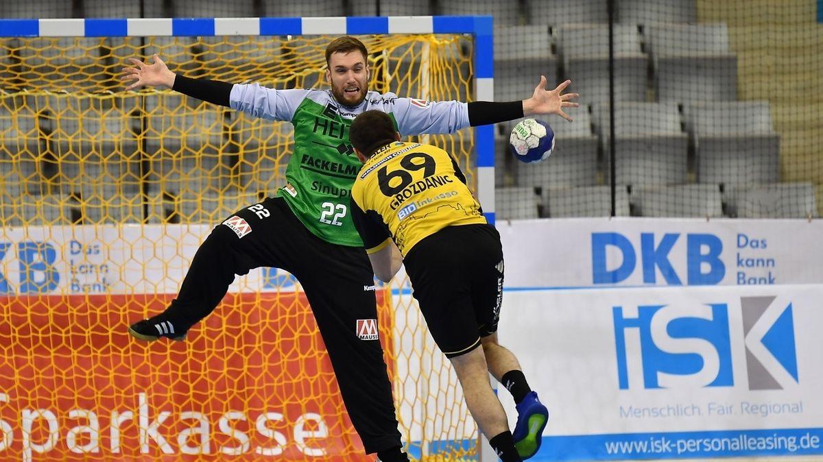 Milos Grozdanic vom HSC 2000 Coburg beim Wurf gegen Klemen Ferlin im Tor vom HC Erlangen.