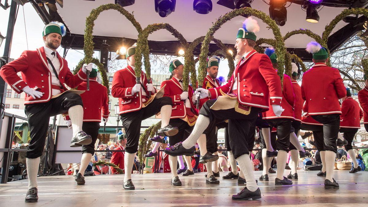 Die Münchner Schäffler tanzen 2019 auf dem Viktualienmarkt