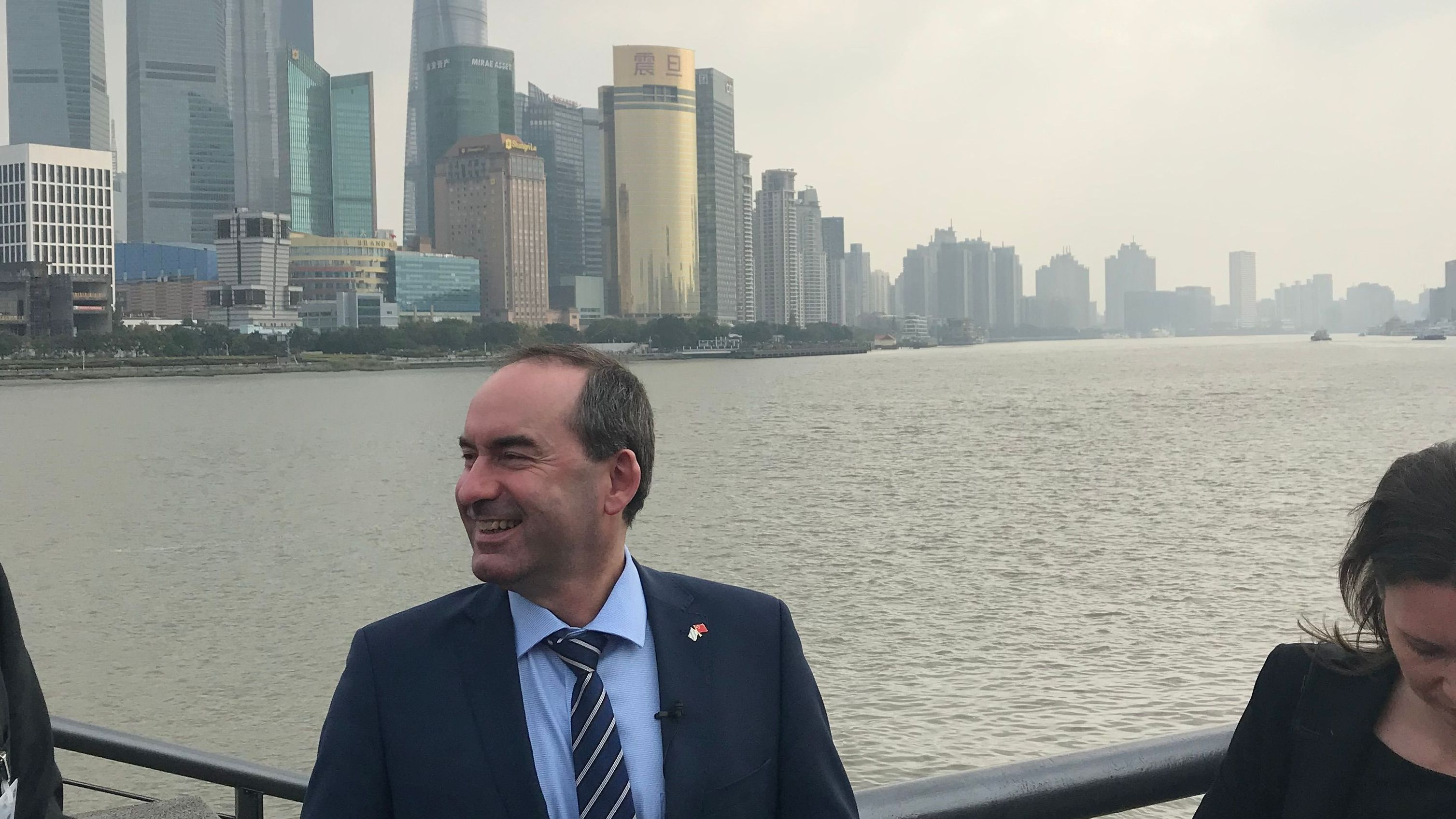 Hubert Aiwanger vor Skyline in Shanghai