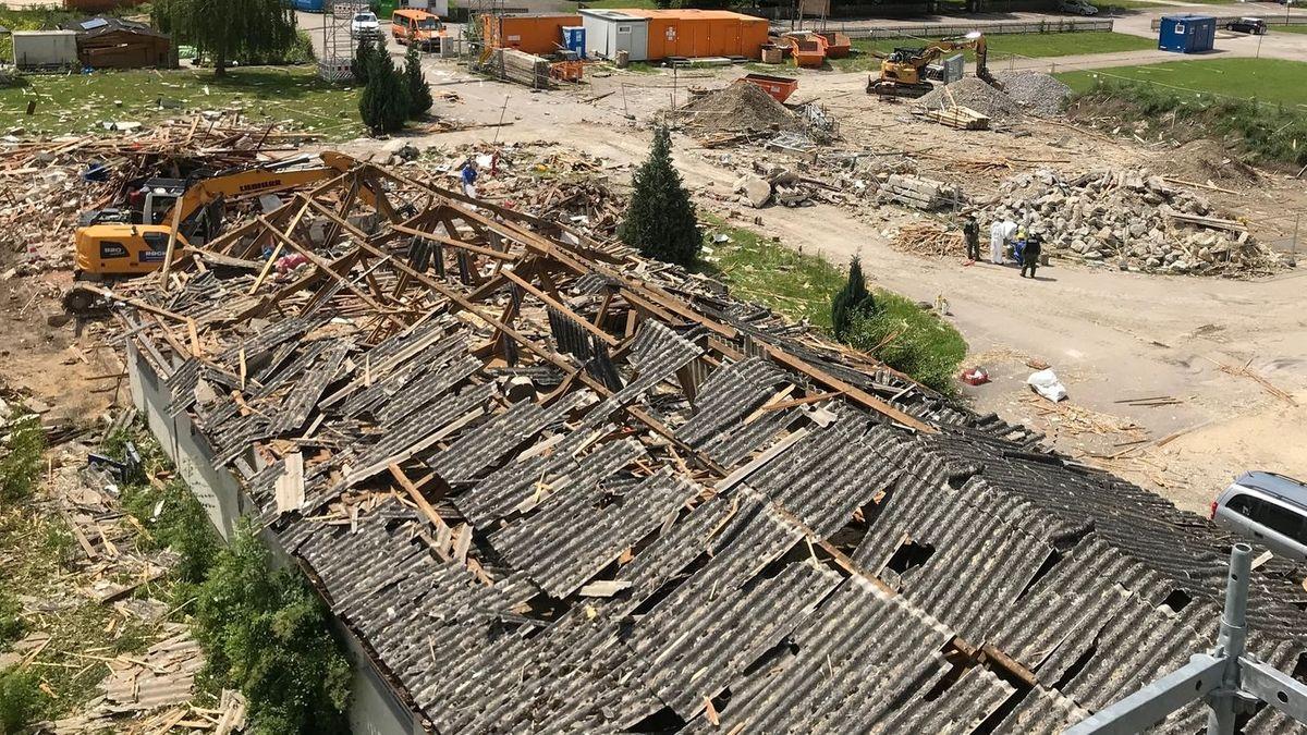 Das völlig zerstörte Dach der Lagerhalle nach der Explosion am Günzburger Bahnhof