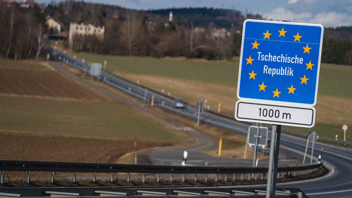 Ein Schild weist an einer Straße auf den Beginn der Tschechischen Republik in 1000 Metern hin.