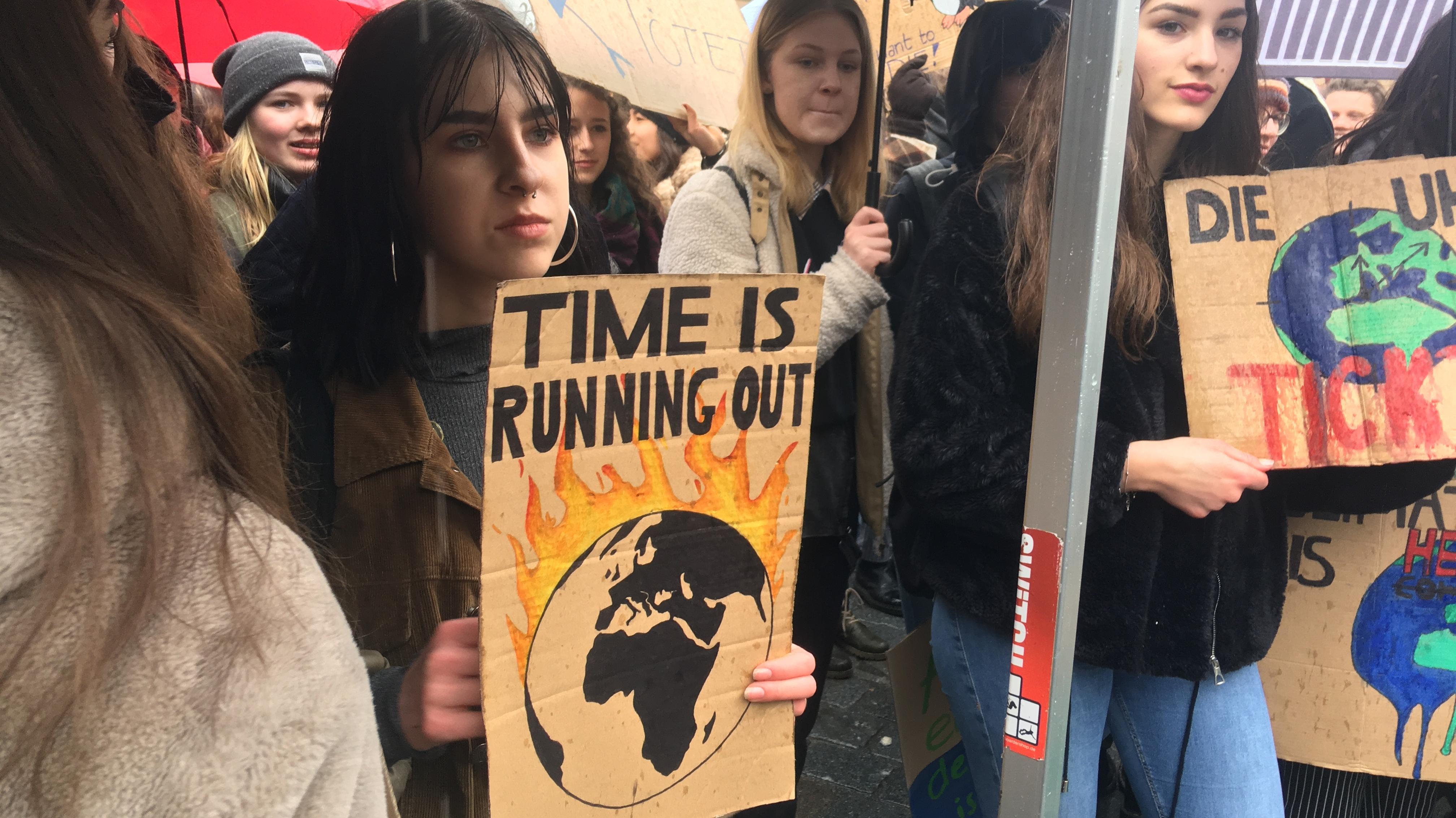 In Straubing gingen rund 200 Schüler auf die Straße, um für eine bessere Klimapolitik zu demonstrieren.