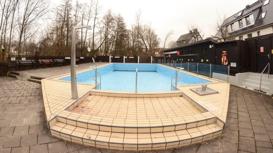Das leere Becken des Bayreuther Altstadtbades im Winter.