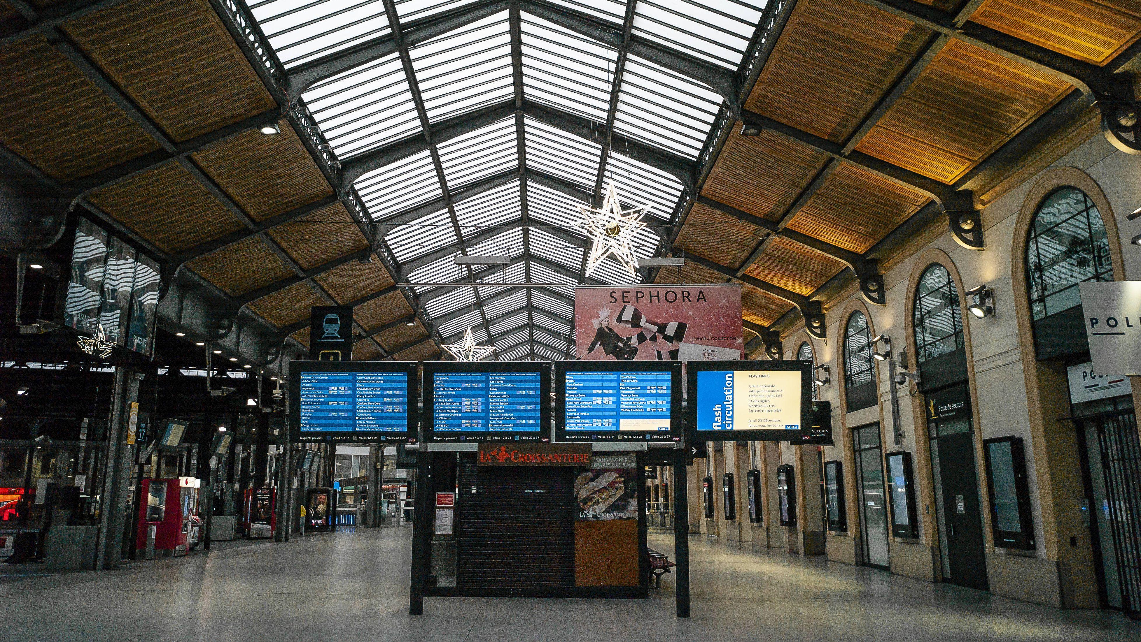 Wegen Streiks menschenleerer Bahnhof in Paris