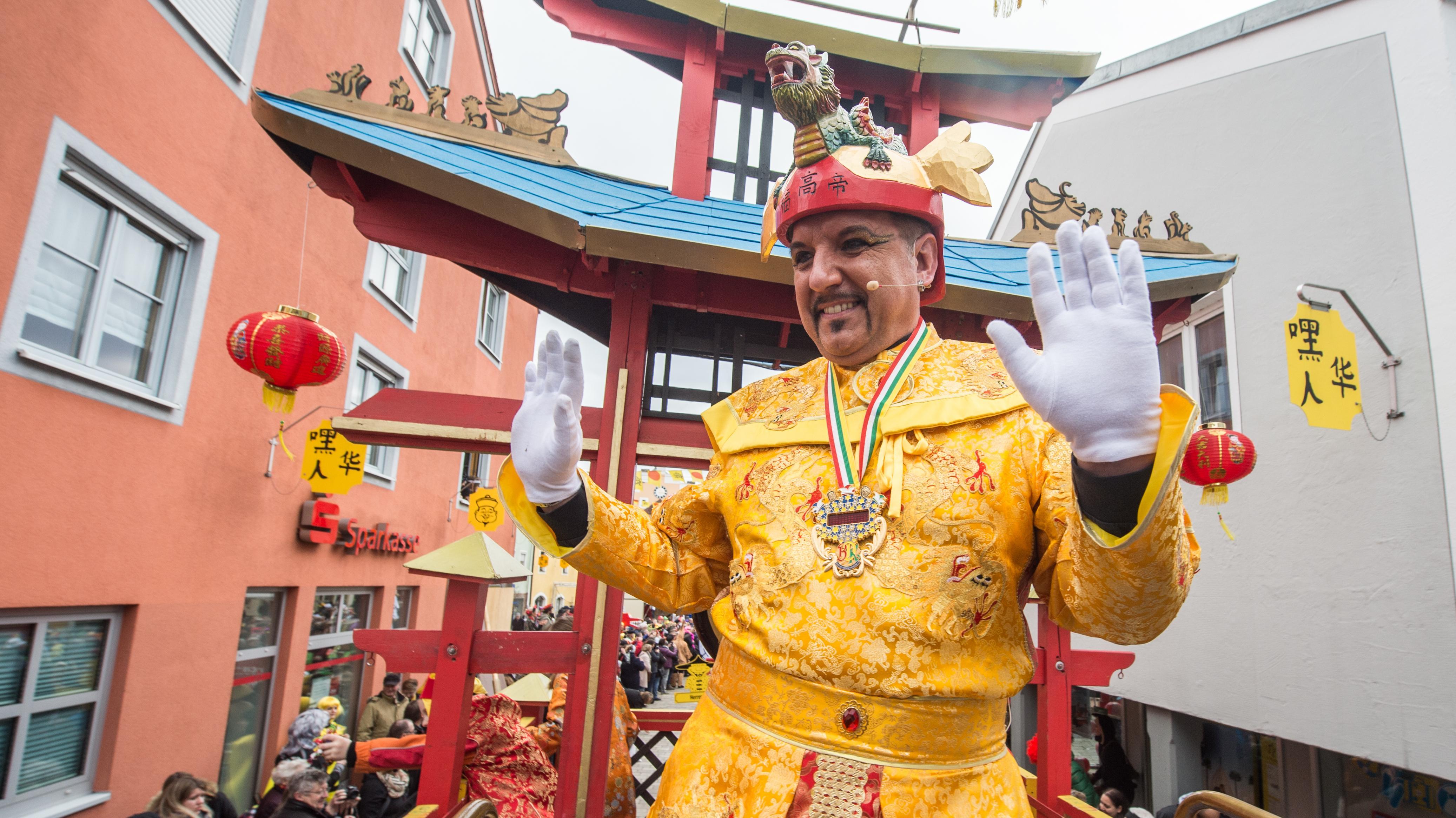 Kaiser Fu-Gao-Di beim Chinesenfasching samt Gefolge