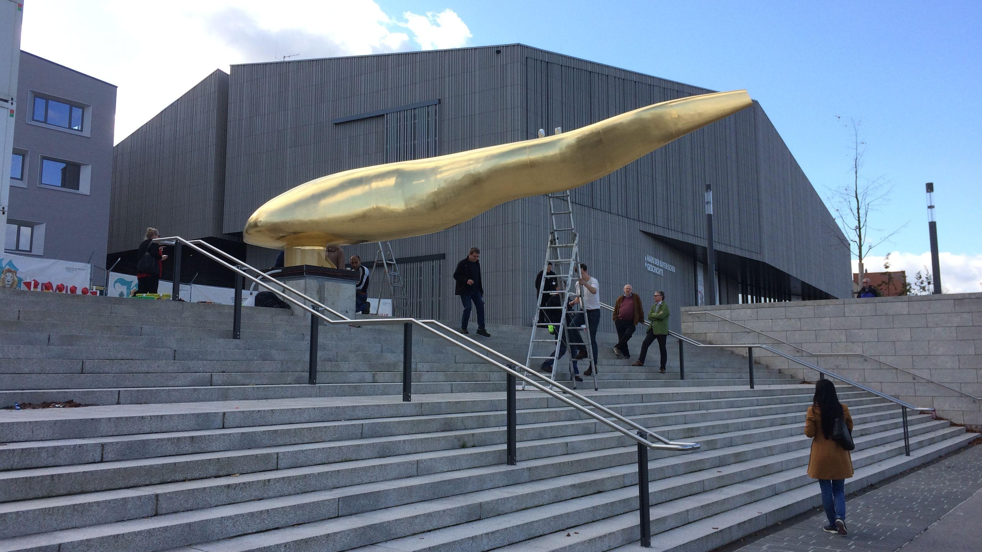 Hier steht der goldene Waller vor dem neuen Museum der Bayerischen Geschichte.