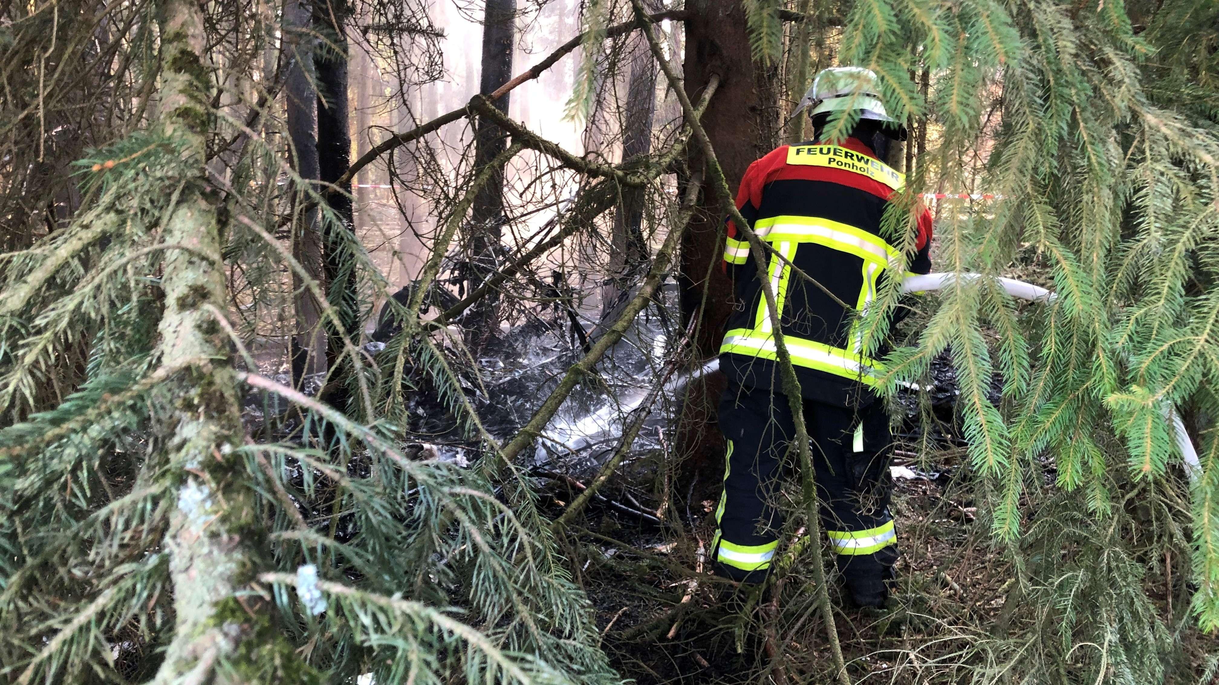 Der Doppeldecker vom Typ Comet war am Sonntag in der Nähe von Maxhütte-Haidhof in den Wald gestürzt und in Brand geraten.