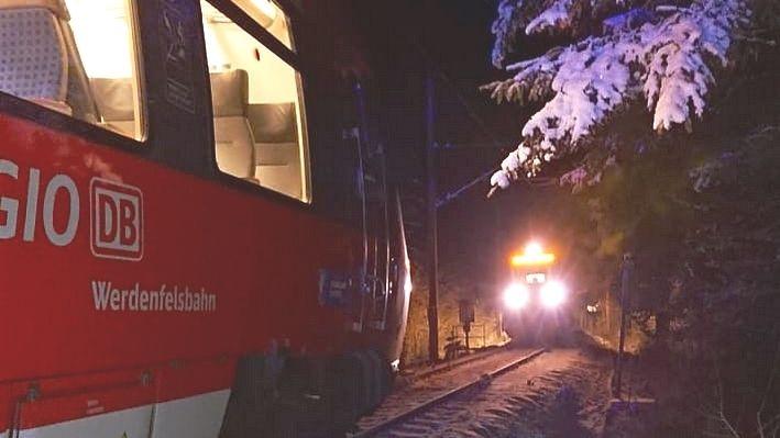 Nur 25 Meter trennen die beiden sich gegenüberstehenden Züge
