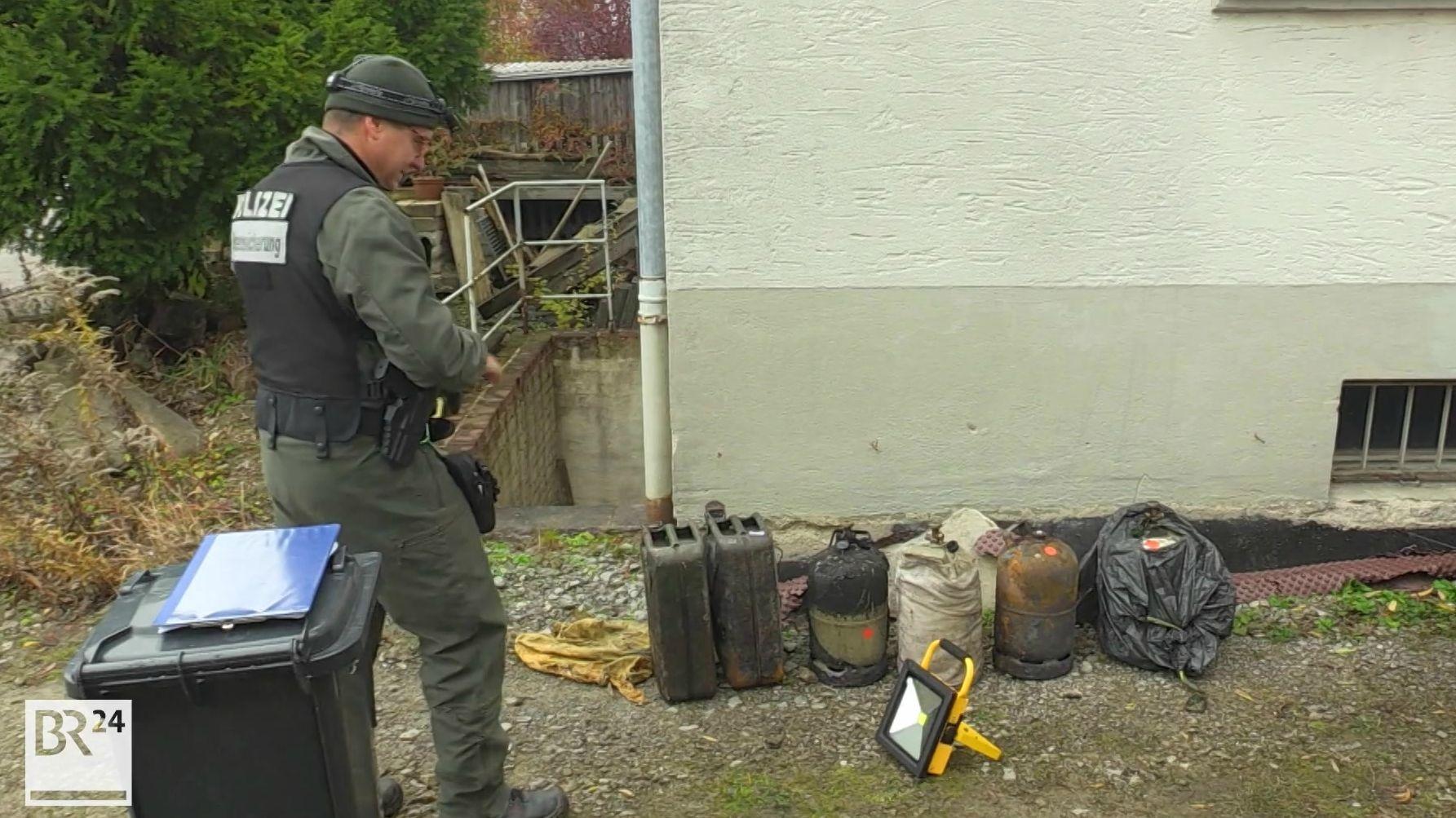 Ein Polizist sichert Beweise vor dem Haus