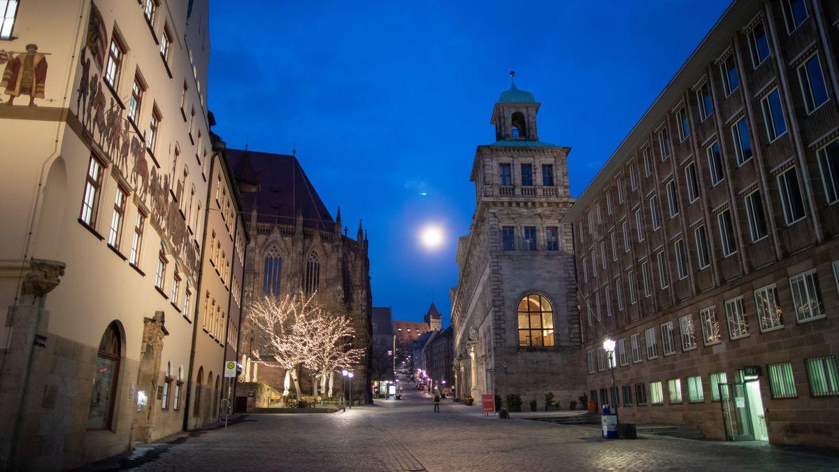 Nürnberger Rathaus am Abend