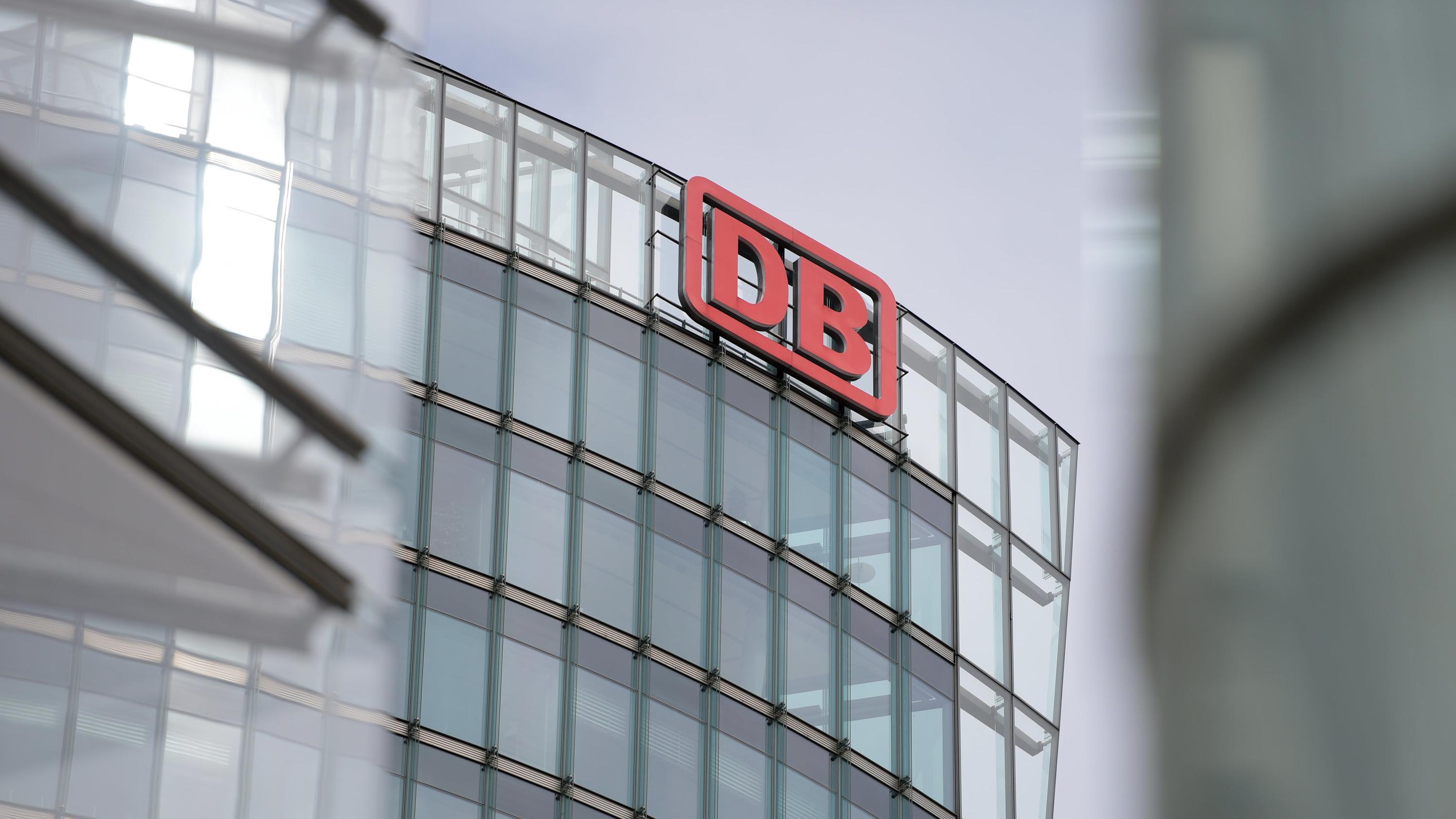 Berlin: Das Verwaltungsgebäude der Deutschen Bahn AG,