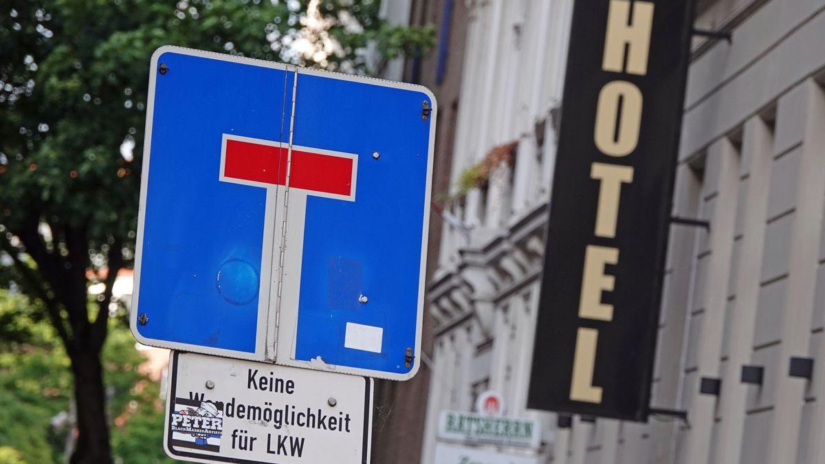 Ein Schriftzug eines Hotels in der Nähe des Hamburger Hauptbahnhofs. Seit Mittwoch soll auch in der Hansestadt ein Beherbergungsverbot für Menschen aus deutschen Corona-Hotspots gelten.