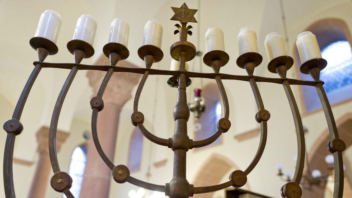 Ein Chanukkaleuchter in der Synagoge in Worms