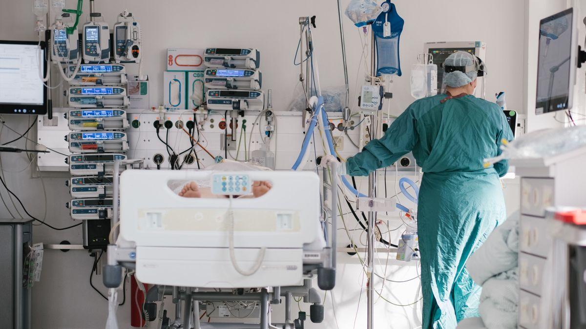 Eine Intensivpflegerin versorgt auf der Intensivstation am Klinikum Braunschweig einen an Covid-19 erkrankten Patienten.