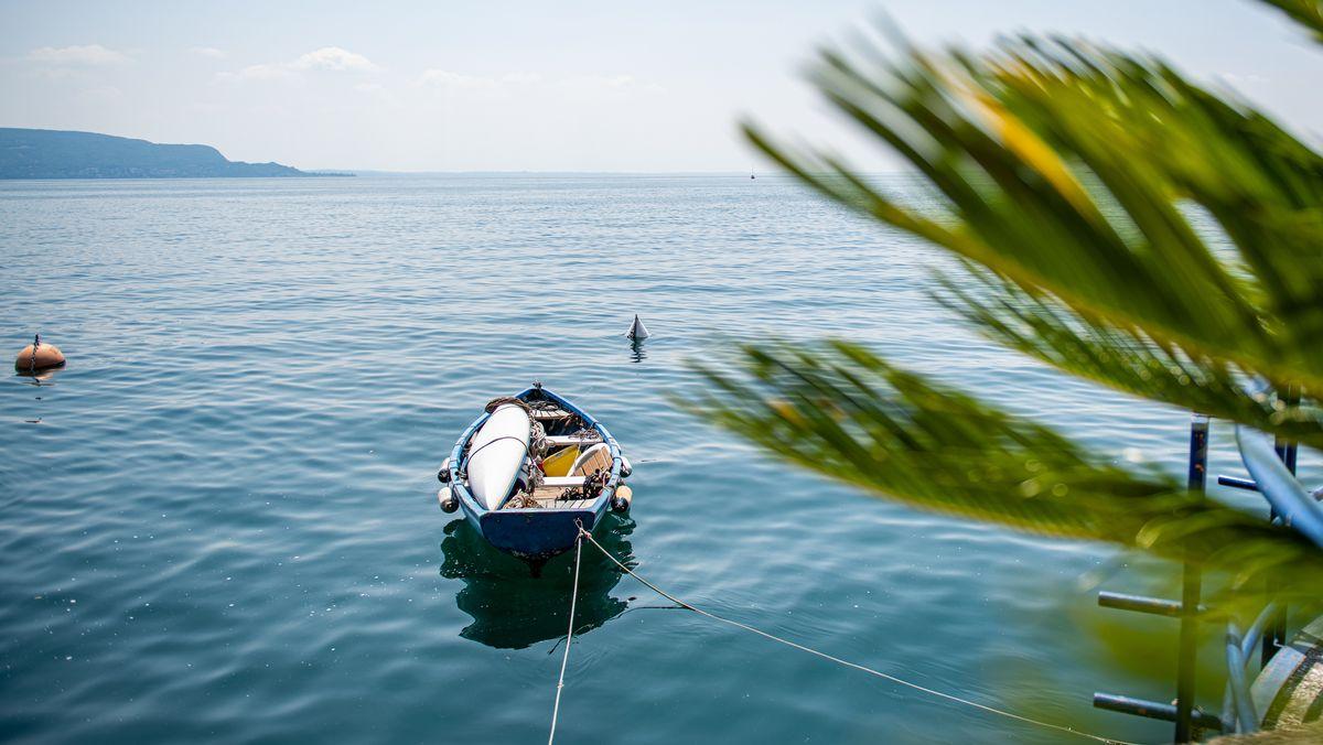 Ein Boot auf dem Gardasee.