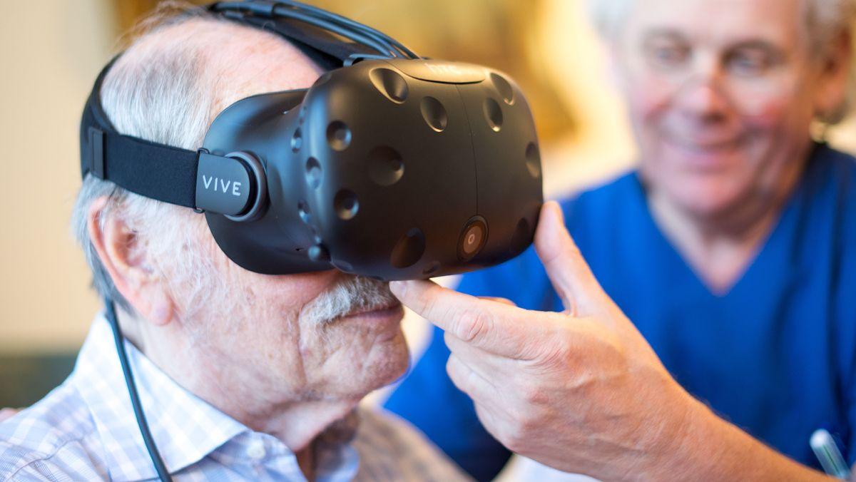 Senior mit VR-Brille.