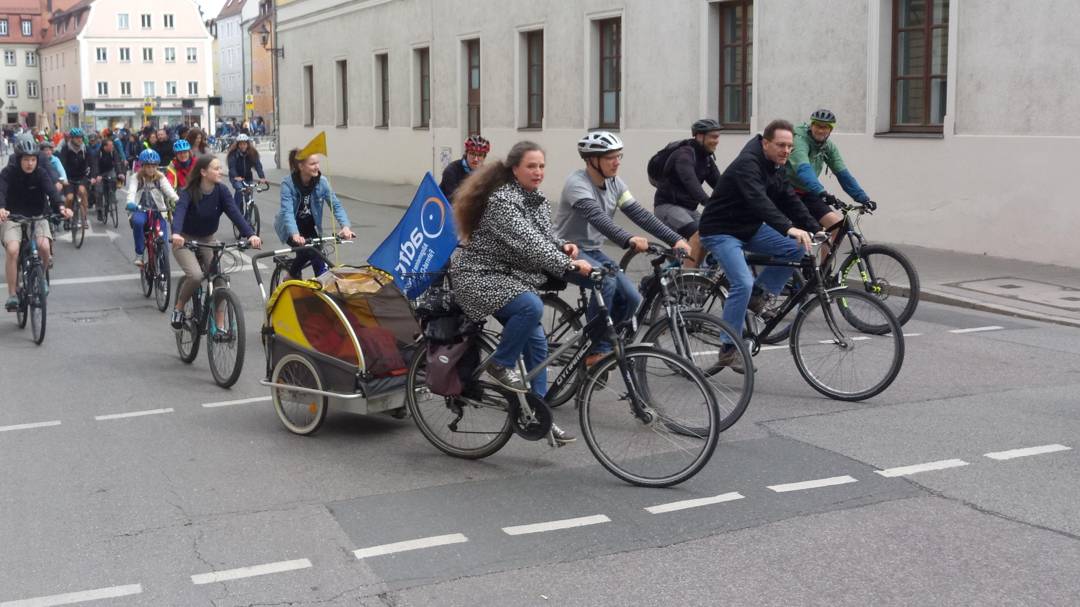 """Sie fordern einen Ausbau des Radwegnetzes in Regensburg: Am Samstag hat das """"Aktionsbündnis Verkehrswende"""" zur Demo aufgerufen"""