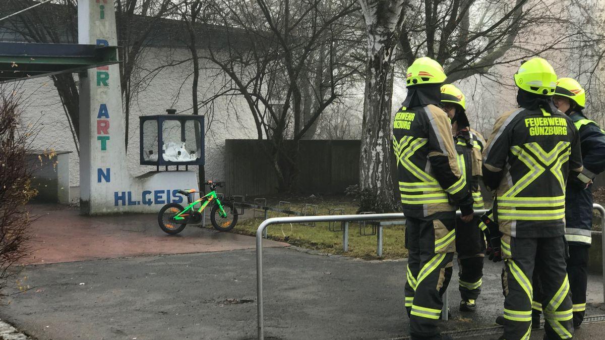 Feuerwehrleute stehen vor dem Heilig Geist Kindergarten in Günzburg