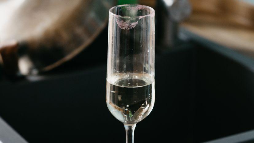 Ein halbleeres Sektglas (Symbolbild)