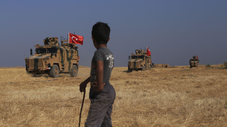 Türkische gepanzerte Fahrzeuge patrouillieren mit amerikanischen Streitkräften nahe der Stadt Tal Abyad im Nordosten Syriens (Archivbild vom 4.10.19)