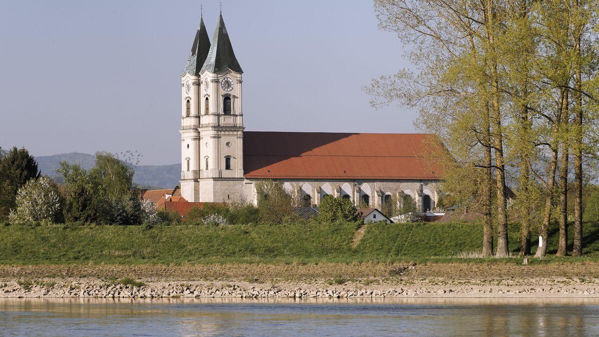 Die Donau mit Blick auf die Klosterkirche Niederalteich
