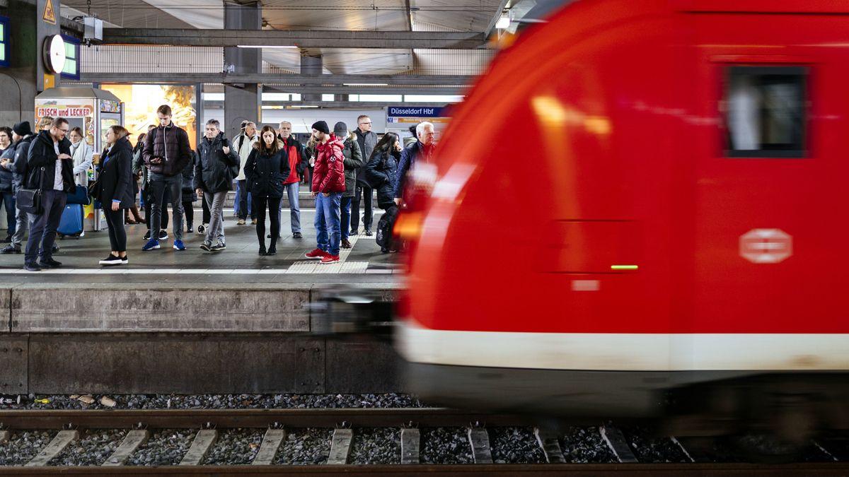 Fahrgäste drängen sich auf einem Bahnsteig, während ein Zug einfährt. (Symbolbild)