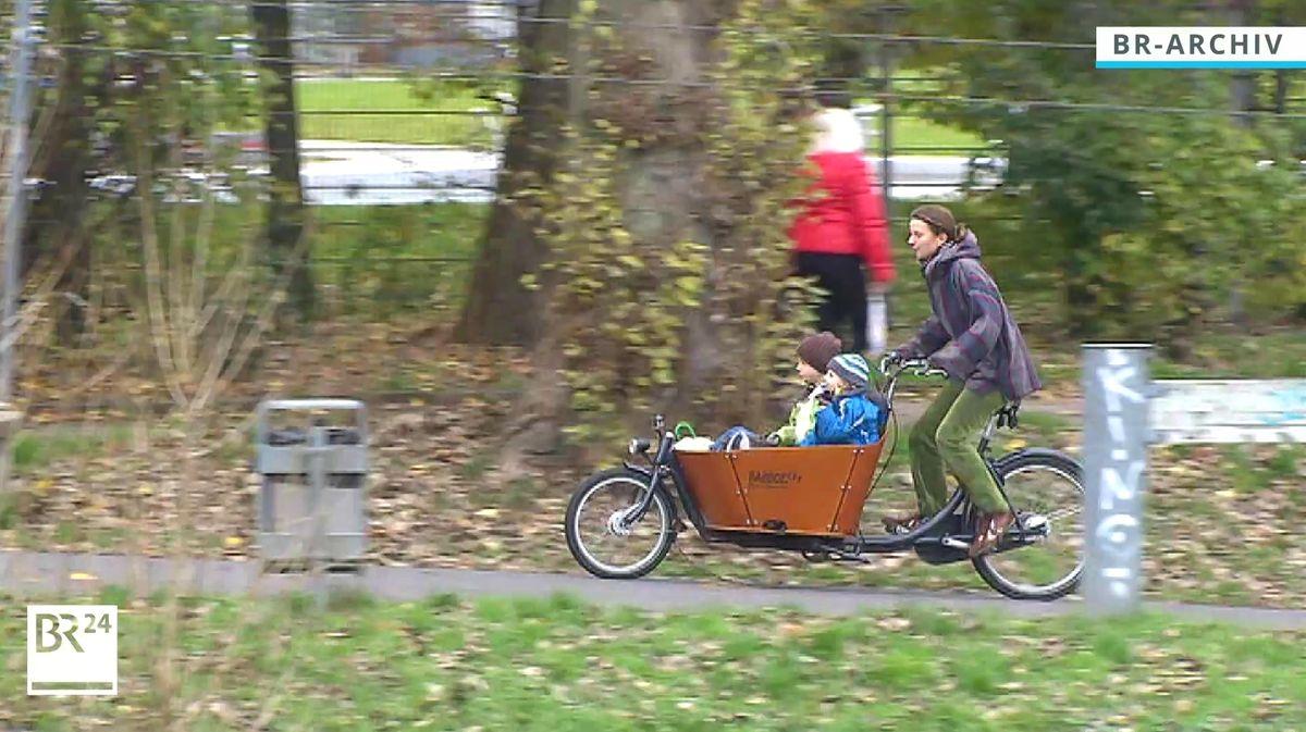 Eine Frau mit Kindern unterwegs mit einem Lastenfahrrad