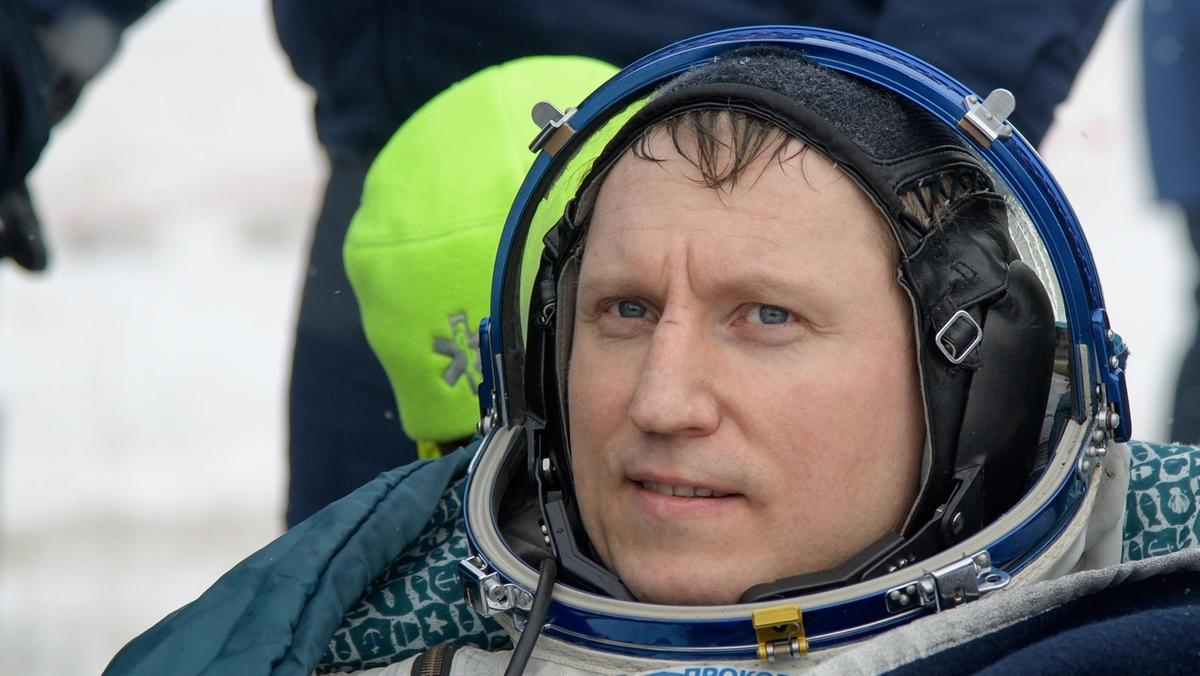 Der russische Kosmonaut Sergej Prokopjew am 20. Dezember 2018 nach der Landung in Kasachstan. Der Kommandant der Sojus-Raumkapsel wurde als Erster aus der Sojuskapsel gezogen. Nach sechseinhalb Monaten im All ist der deutsche Astronaut Gerst sicher auf der Erde gelandet.