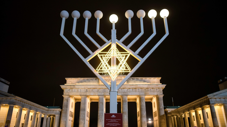 Ein weiteres Licht des Chanukka-Leuchters leuchtet am 07.12.2015 vor dem Brandenburger Tor in Berlin.