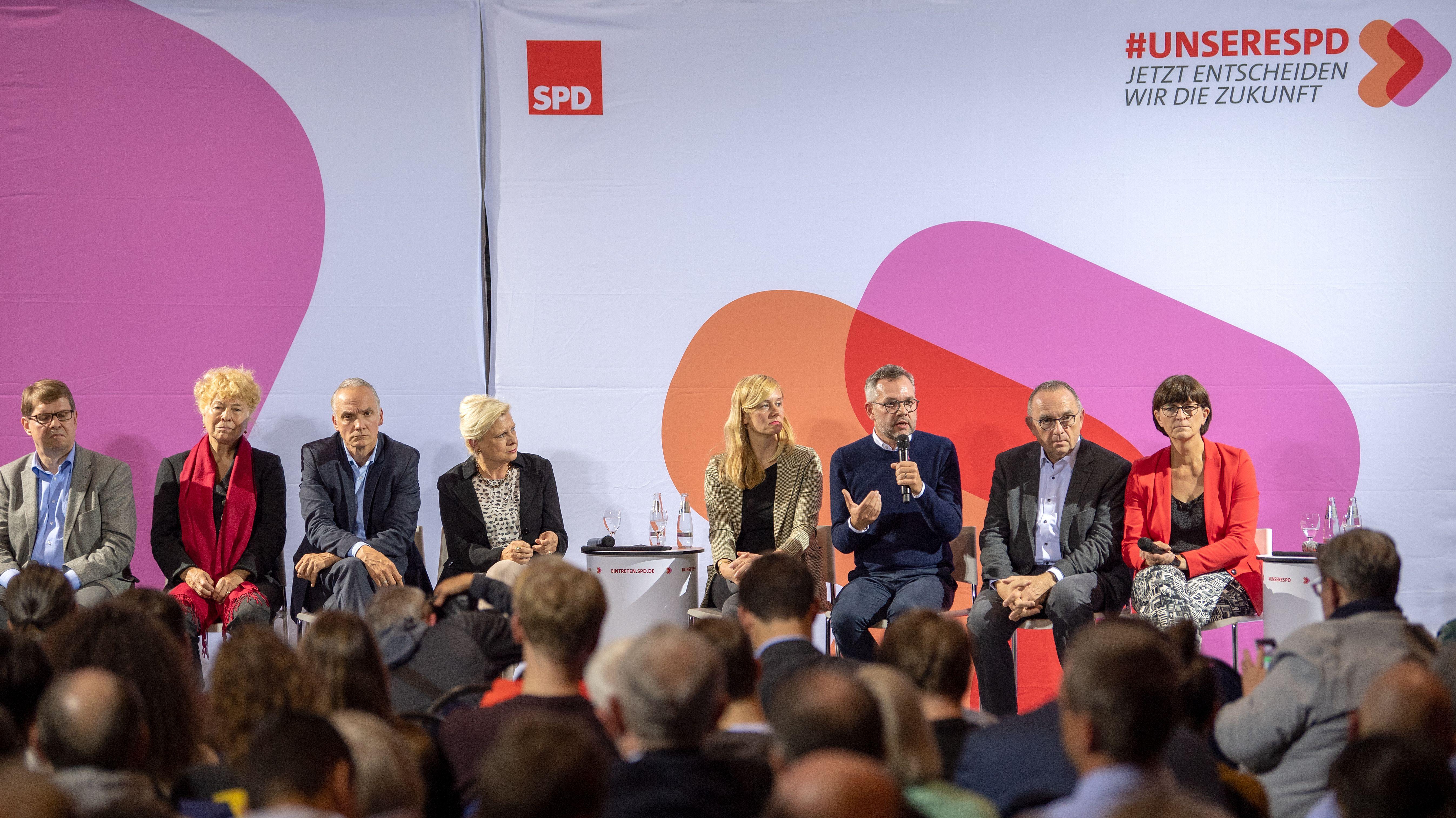 Die Kandidaten-Duos für den SPD-Bundesvorsitz von links nach rechts: Ralf Stegner und Gesine Schwan, Dierk Hirschel und Hilde Mattheis, Christina Kampmann und Michael Roth sowie Norbert Walter-Borjans und Saskia Esken.