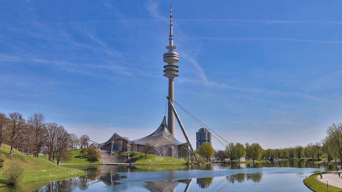 Der Olympiapark in der Landeshauptstadt München, mit Olympiasee und Olympiaturm.
