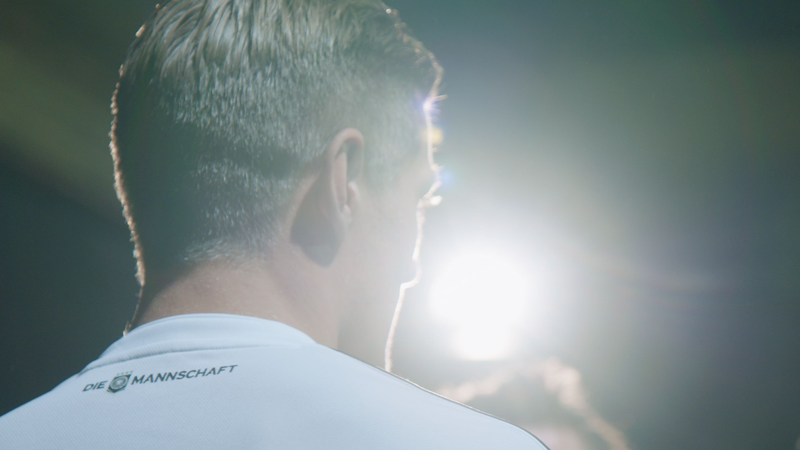 Toni Kross in Rückenansicht im Nationalmannschaftstrikot