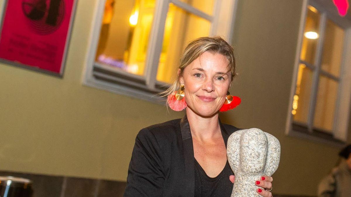 Agnes Lisa Wegner erhielt bei den Hofer Filmtagen eine Granit-Stein-Skulptur.