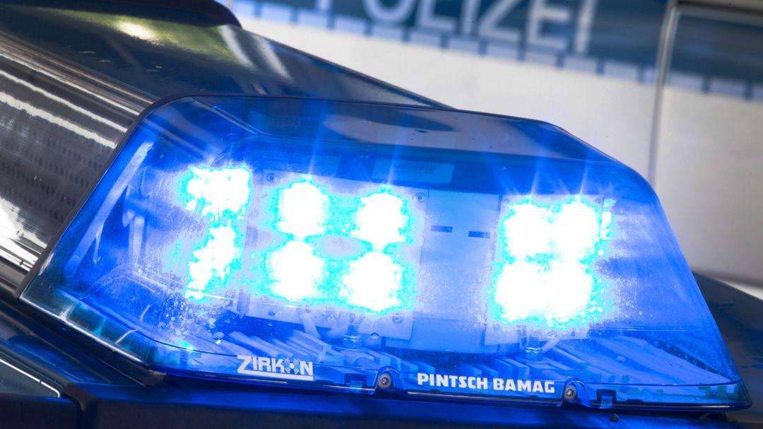 Blaulicht auf dem Dach eines Polizeiwagens