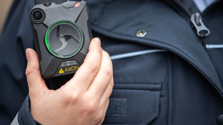 Ein Polizist mit einer Body-Cam.
