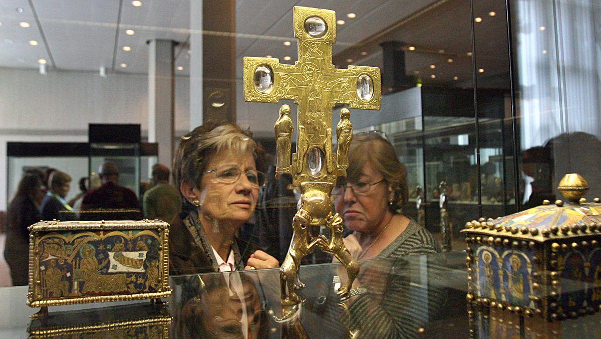 Reliquienkreuz aus dem Welfenschatz in der Vitrine