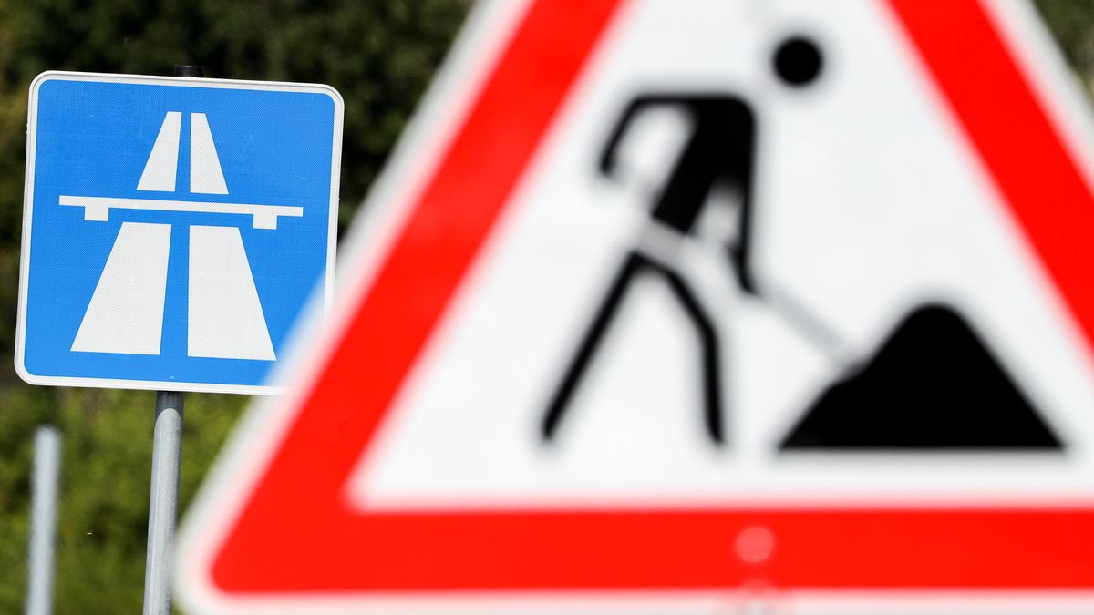 Baustellenschild an der Autobahn